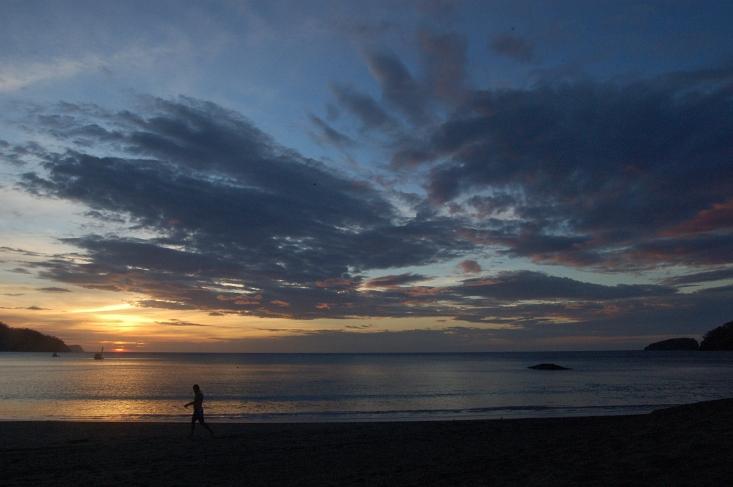 Caminando por Playa Hermosa