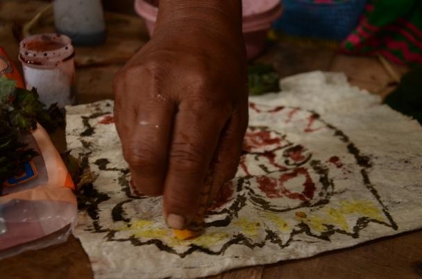 Con ginger pintan el lienzo hecho de corteza de mastate